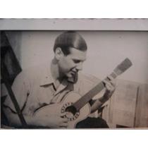 Foto Antigua Muchacho Con Una Guitarra De Jugete