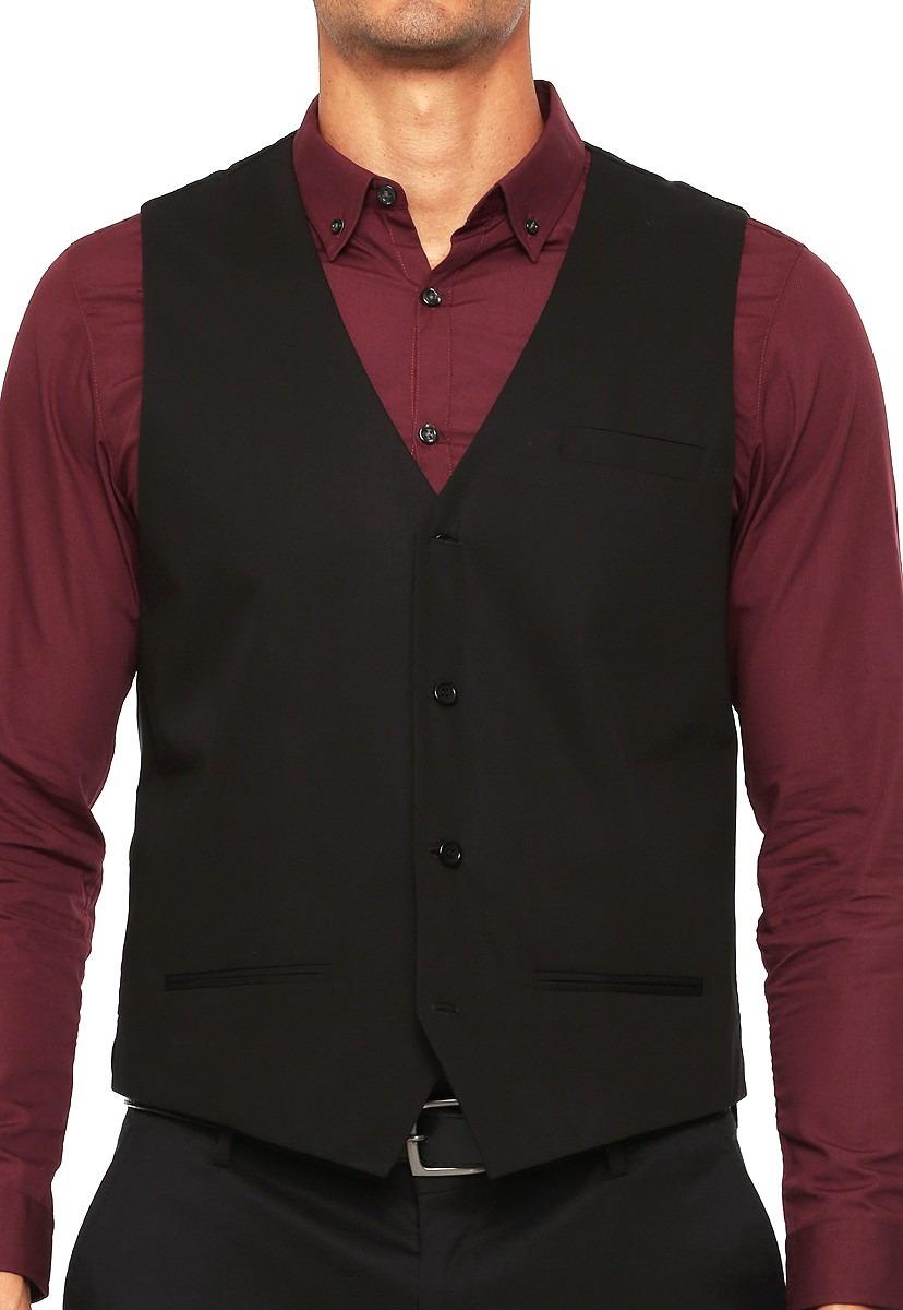Los chalecos de vestir para hombre son una pieza de sastrería que marca la diferencia, tradicionalmente estaban confeccionados en el mismo tejido que el traje además permiten abrir la chaqueta ya que continúan cubriendo la camisa y es una buena forma de lucirlos.