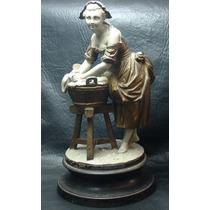 Interesante Antiguo Petit Bronce Y Patina Mujer Lavandera