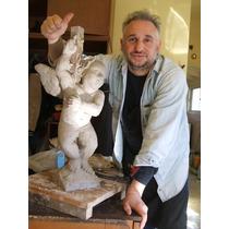 Escultor Modela La Escultura De Su Ser Querido