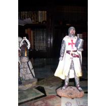 Estatuitas Representano A Un Cruzado