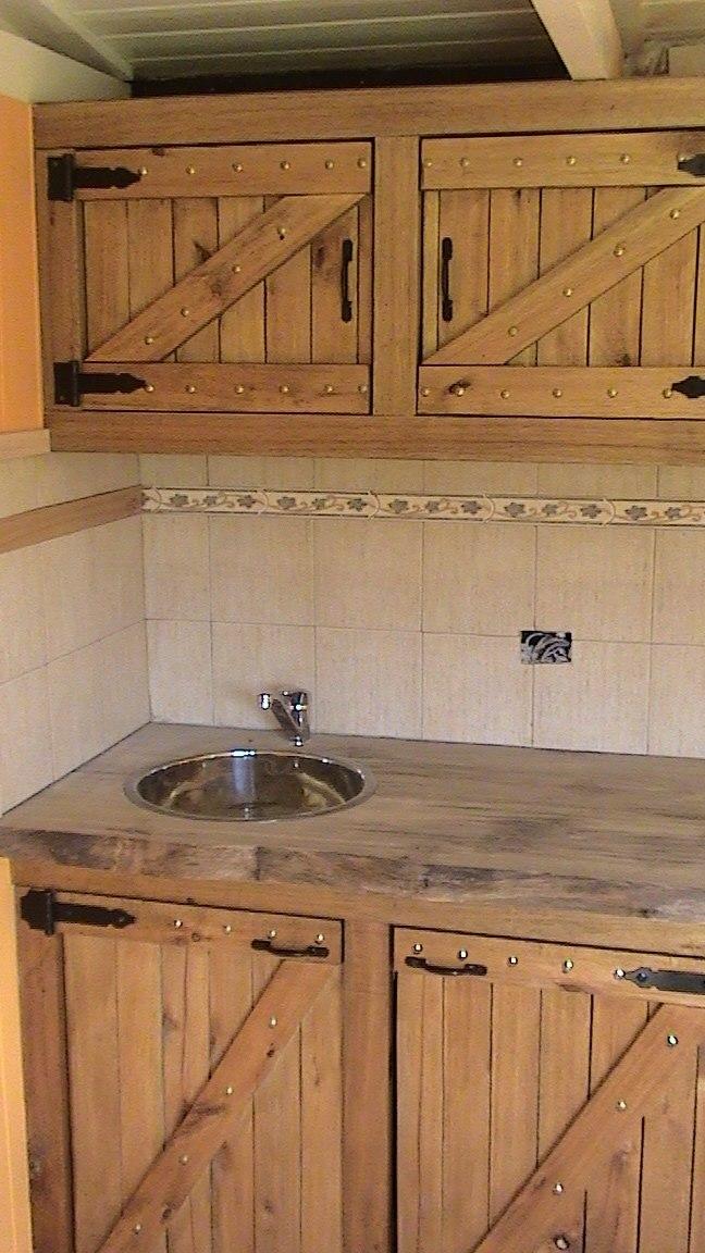 Muebles de cocina rusticas trendy ideas de mesas y barras for Muebles de madera rusticos para cocina